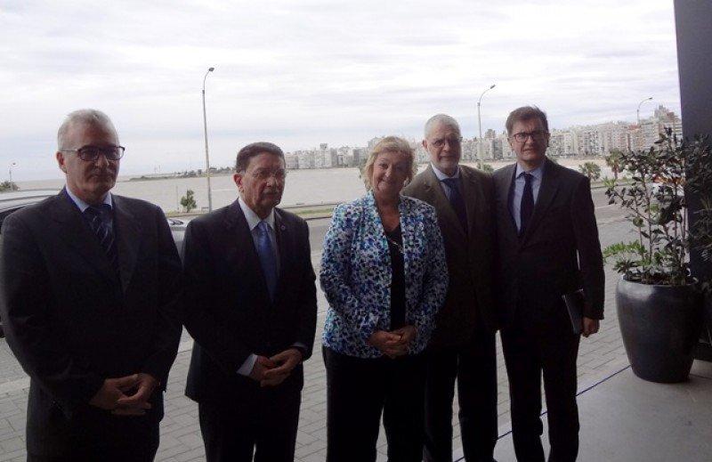 Carlos Fagetti, Taleb Rifai, Liliam Kechichian, Benjamín Liberoff y Alejandro Varela (OMT) en Montevideo. Foto: J. Lyonnet.