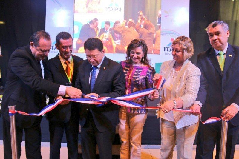 La ministra paraguaya de Turismo, Marcela Bacigalupo, fue acompañada a cortar la cinta de la XIV FITPAR por Taleb Rifai, secretario general de la OMT, así como los ministros de Argentina y Uruguay.