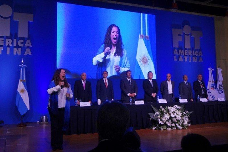 Sandra Mihanovich emocionó a los presentes con una sentida interpretación del himno argentino.