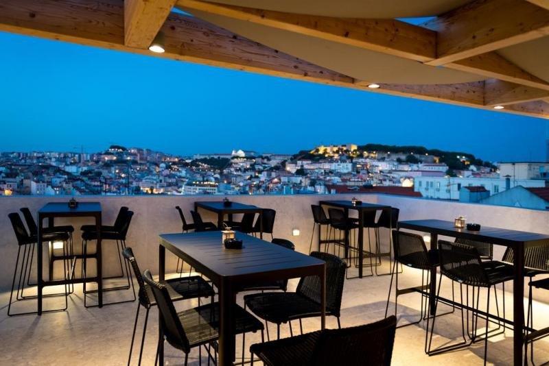Su bar panorámico ofrece unas vistas prácticamente despejadas sobre la ciudad, el Castillo y el río Tajo.