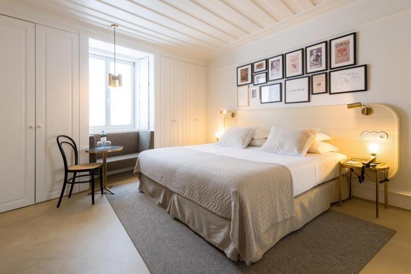 El hotel dispone de 75 habitaciones cuya decoración depende de la planta en la que se encuentren, inspiradas en los heterónimos y obras del autor.