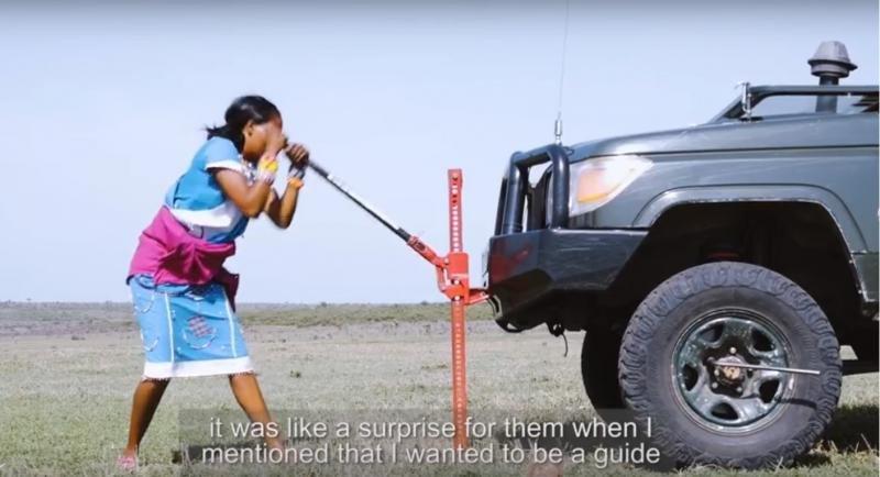Evalyn Sintoia, reparando una rueda del todoterreno usado para llevar turistas por la sabana.