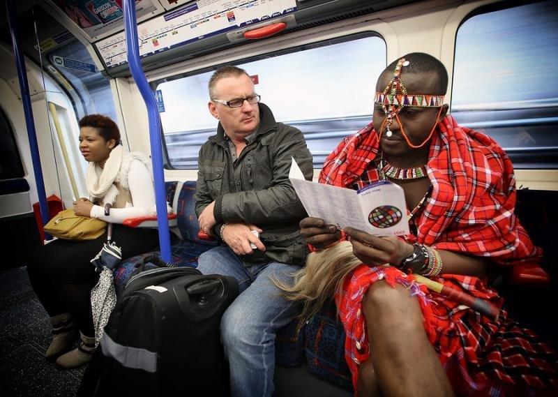 Un participante que acude a la feria World Travel Market, en el metro de Londres.