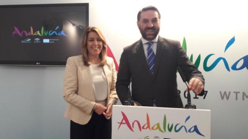 La presidenta de la Junta de Andalucía, Susana Díaz, acompañada del consejero Francisco Javier Fernández Hernández en la WTM.