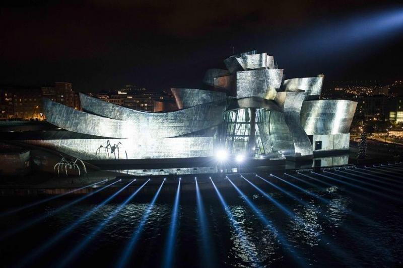 El Museo Guggenheim, que acaba de celebrar el 20 aniversario de su apertura, se ha convertido en el icono de la gran transformación que ha experimentado Bilbao en los últimos años.