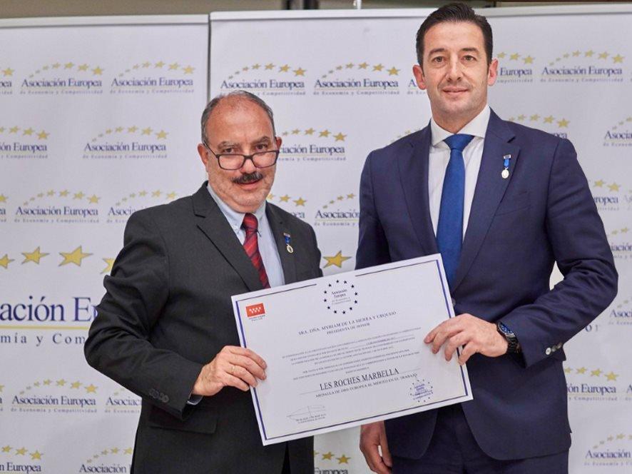 Carlos Díez de la Lastra, director general de Les Roches Marbella, recibió el premio de manos del vicepresidente de la Asociación, José Luis Barceló, editor y director del diario El Mundo Financiero.