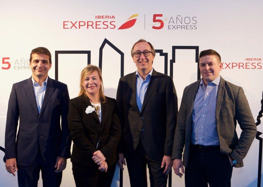 El consejero delegado de Iberia Express, Fernando Candela –tercero por la izquierda-, con el resto del comité de dirección: Carlos Gómez, Elena Baillo y Trevor Martin.