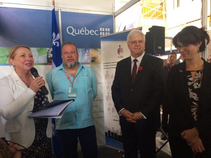 Miguel Marrero, ministro de Turismo de Cuba, junto a autoridades canadienses en el stand de Canadá de la FIHAV 2017.
