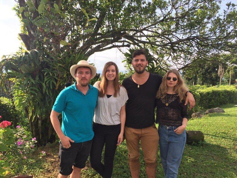 Turistas de Canadá, Francia y Colombia recorriendo los caminos cafeteros de la Hacienda La Gaviota. Foto: @hdagaviota