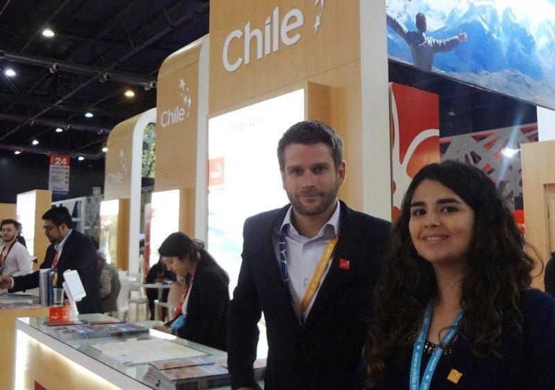 Adrien Champagnat y Paulina Pérez Salas en el stand de Chile en FIT 2017. Foto: J. Lyonnet.