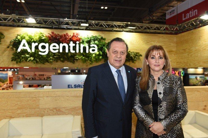 Gustavo Santos y Gloria Guevara en el stand de Argentina en WTM de Londres.