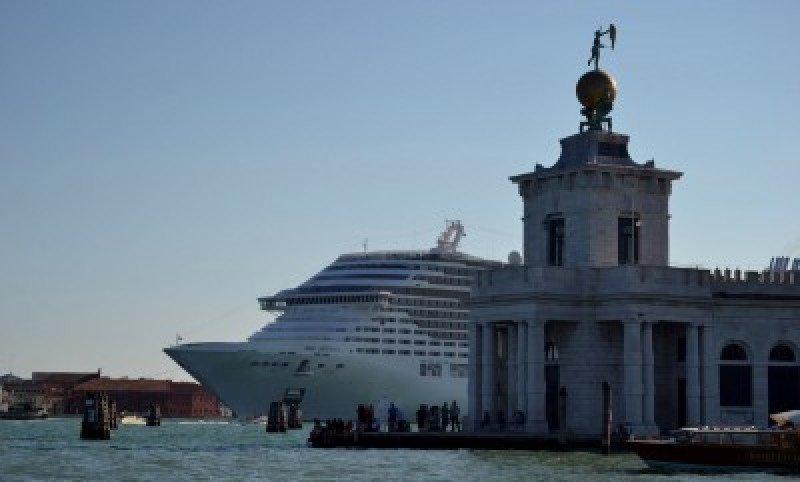 Italia aprueba un plan para alejar los cruceros de Venecia