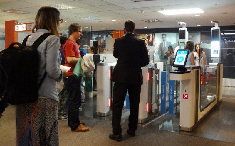 Pasarelas automáticas en la sección de Arribos del Aeropuerto de Carrasco.
