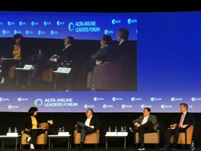 De izq a der:  Gabriela Frias (CNN); Enrique Cueto (LATAM Airlines); Hernán Rincón (Avianca) y Pedro Heilbron (Copa Airlines).