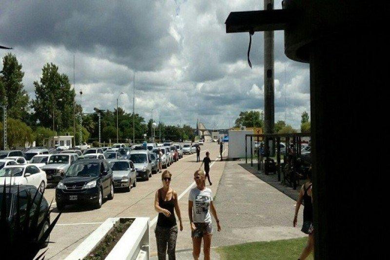 Puesto de migración en el puente internacional Fray Bentos-Puerto Unzué.