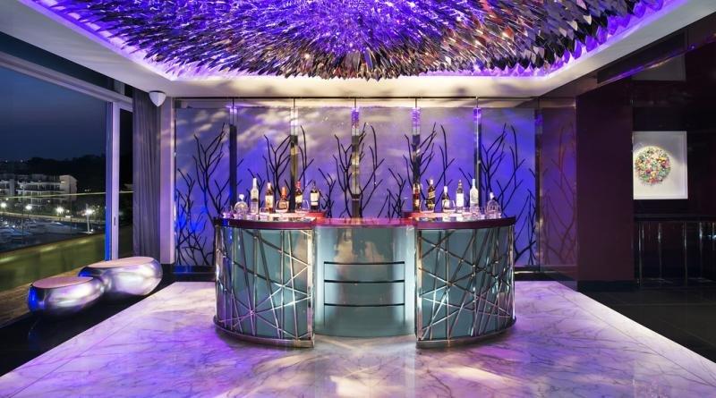 La Suite Wow del W Hotel Sentosa Cove de Singapur cuenta con su propia barra de bar y cabina de DJ privada.