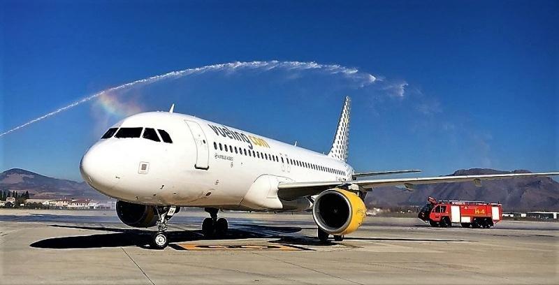 El A320 de Vueling es recibido con el tradicional arco de agua en el Aeropuerto de Granada, procedente de Bilbao.