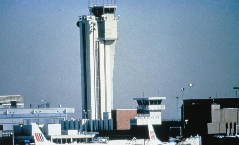 Torre del Aeropuerto Internacional de Stapleton cuando el aeropuerto estaba en funcionamiento (Foto: Sistema de aviación de Denver).