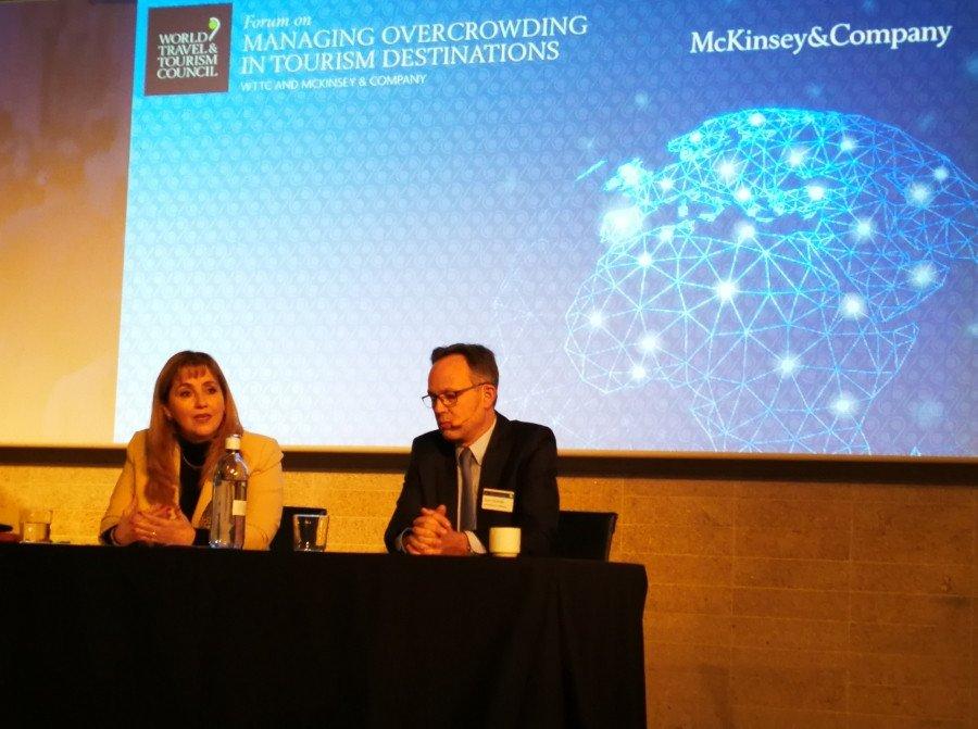 Gloria Guevara, presidenta y CEO de la WTTC, y Alex Dichter, de Mckinsey