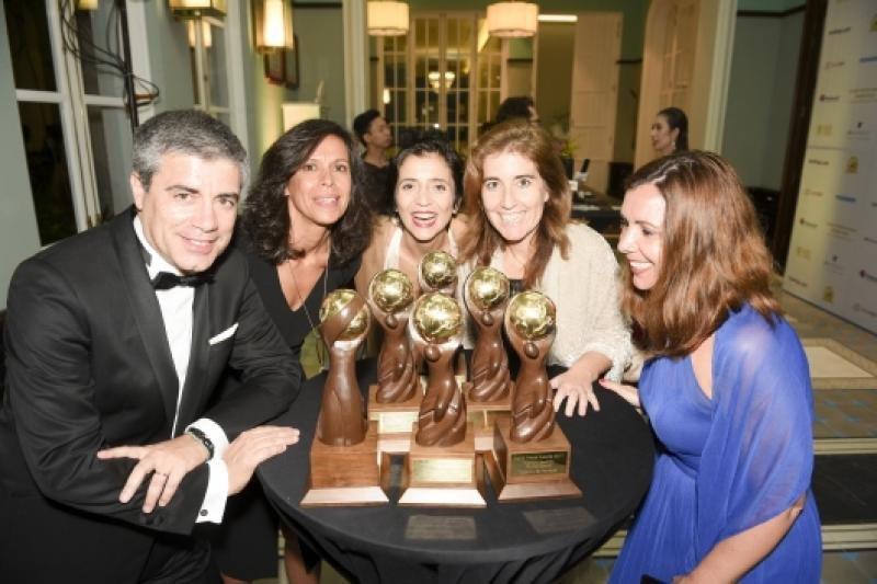 La Secretaria de Estado Ana Mendes Godinho (2ª  a la derecha) con todos los ganadores portugueses en Vietnam.