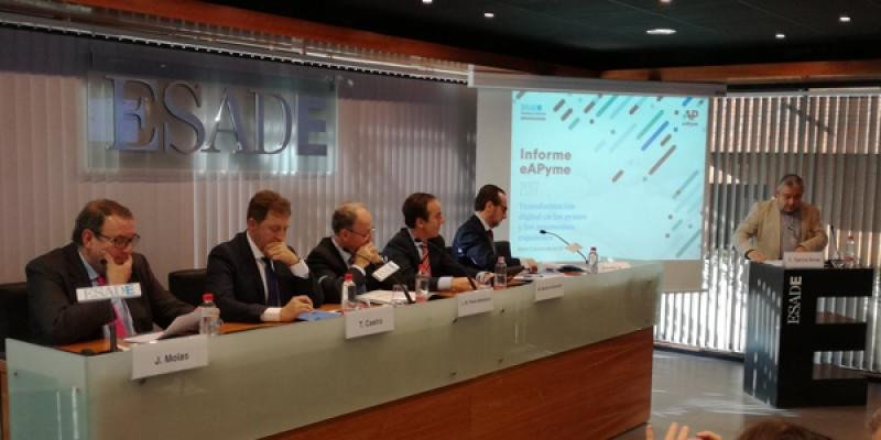 Imagen de la mesa redonda de presentación del informe de eAPyme y ESADE.