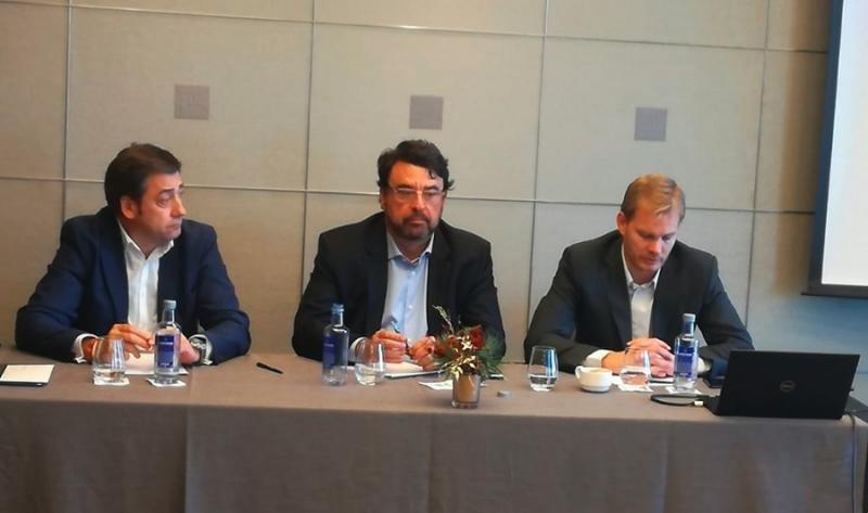 De izq. a dch., Endika Ormaeche, director general de TDCS, Antonio Loureiro, director regional del GDS para España y Portugal, y Fred Lindgren, director general de Travelport España.