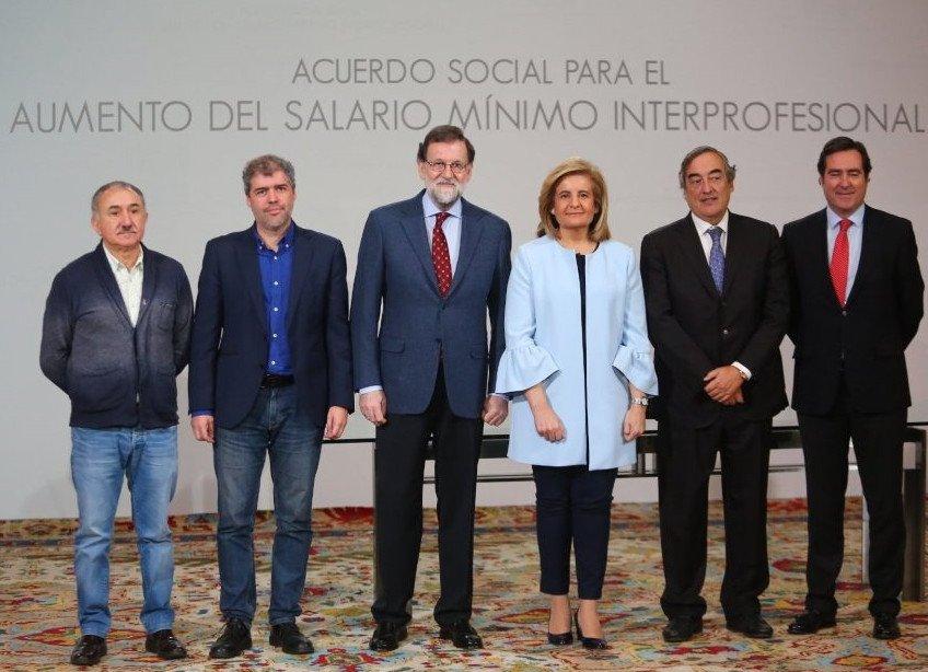 En la firma del acuerdo han participado el presidente del Gobierno, Mariano Rajoy; la ministra de Empleo y Seguridad Social, Fátima Báñez; los secretarios generales de CCOO y UGT, Unai Sordo y Pepe Álvarez; y los presidentes de CEOE, Juan Rosell, y Cepyme, Antonio Garamendi.