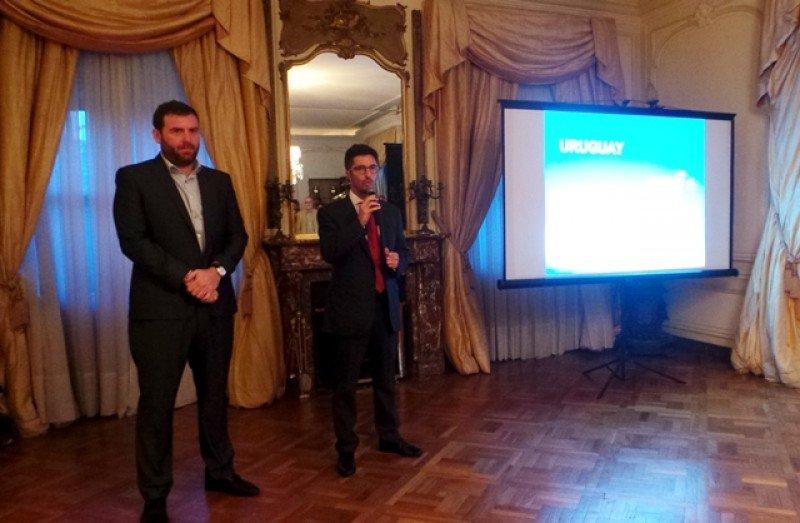 Gastón de Chazal (der.) hizo la presentación de Aerolíneas Argentinas en la residencia diplomática en Montevideo.