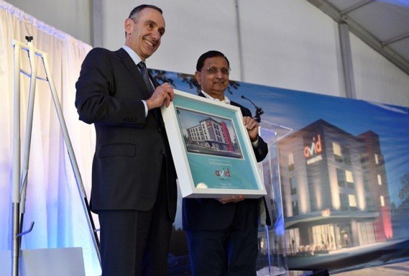 Champ Patel y Elie Maalouf en el anuncio del primer hotel avid en Oklahoma.