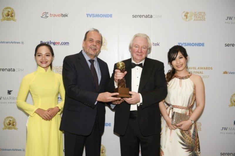 Representantes de Chile recibieron el premio de Mejor Destino de Aventura.