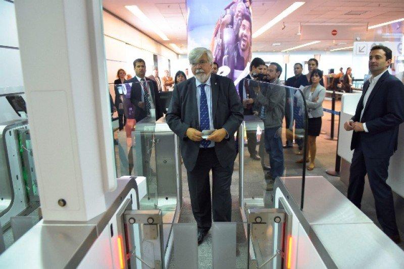 El ministro del Interior, Eduardo Bonomi, en la inauguración de las nuevas pasarelas automáticas de Partidas.