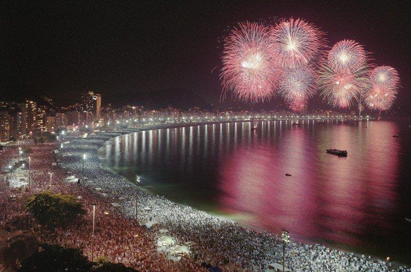 Esperan hasta tres millones de personas en celebraciones de Ano Nuevo en la playa de Copacabana.