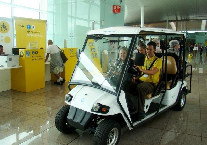 Vehículo para pasajeros con movilidad reducida en el aeropuerto de Barcelona.