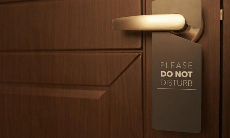 Hilton cambia silenciosamente su política de 'No molestar'