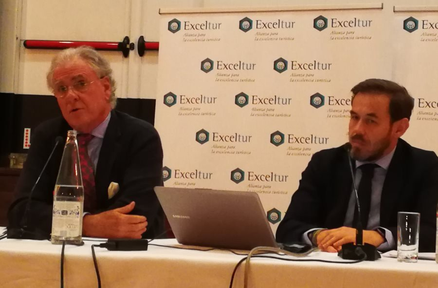 El vicepresidente ejecutivo de Exceltur, José Luis Zoreda, y el director de estudios, Óscar Perelli, durante la presentación de los resultados turísticos de 2017.