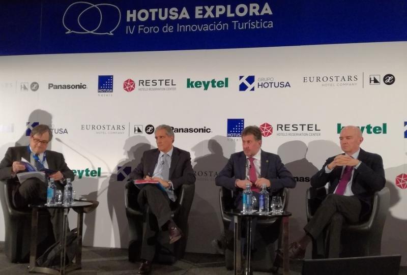De izq. a dcha., Paco Marhuenda, director de La Razón; Raúl González, CEO EMEA de Barceló Hotel Group; Amancio López Seijas, presidente del Grupo Hotusa, y Ramón Aragonés, CEO de NH Hotel Group.
