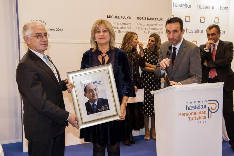 Manuel Butler entrega el premio a la esposa de Pablo Piñero, Isabel García.
