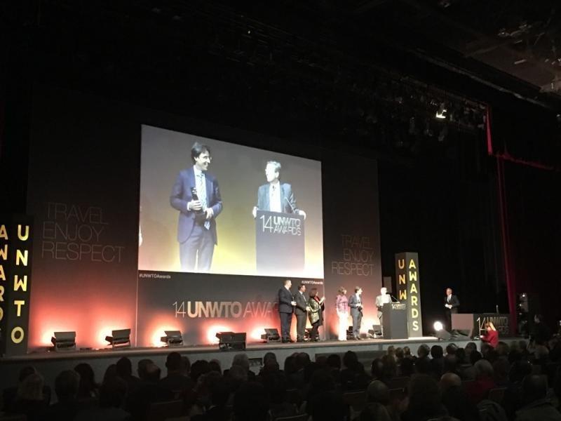 Carlos Romero, director de Investigación, Desarrollo e Innovación Turística de Segittur, recibe el premio de la OMT.