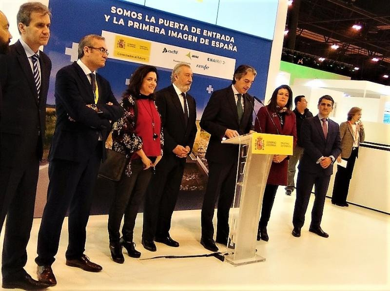 El ministro de la Serna junto al director de Brittany Ferries en España presentó la nueva línea marítima Santander-Cork en el stand de Fomento, en la Feria Internacional de Turismo de Madrid Fitur 2018.