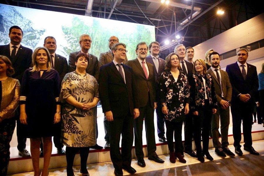 El presidente del Gobierno, Mariano Rajoy, y el ministro de Energía, Turismo y Agenda Digital, Álvaro Nadal, se reunieron ayer, en Fitur, con los alcaldes de las 15 ciudades que constituyen la red.
