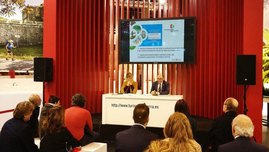 La directora general de Turismo y Comercio de Navarra, Maitena Ezkutari,  junto al vicepresidente de Desarrollo Económico, Manu Ayerdi, en la pasada edición de Fitur.