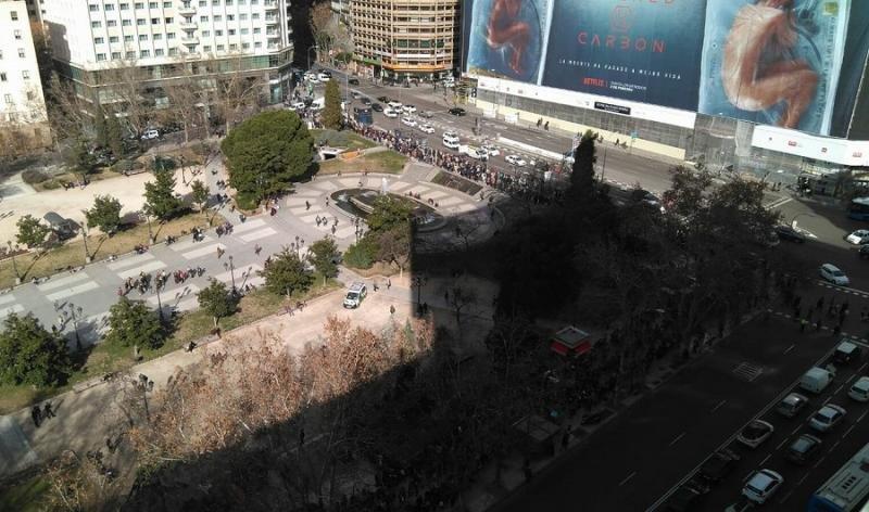 Miles de personas hacen cola para trabajar en el VP Plaza de España Design