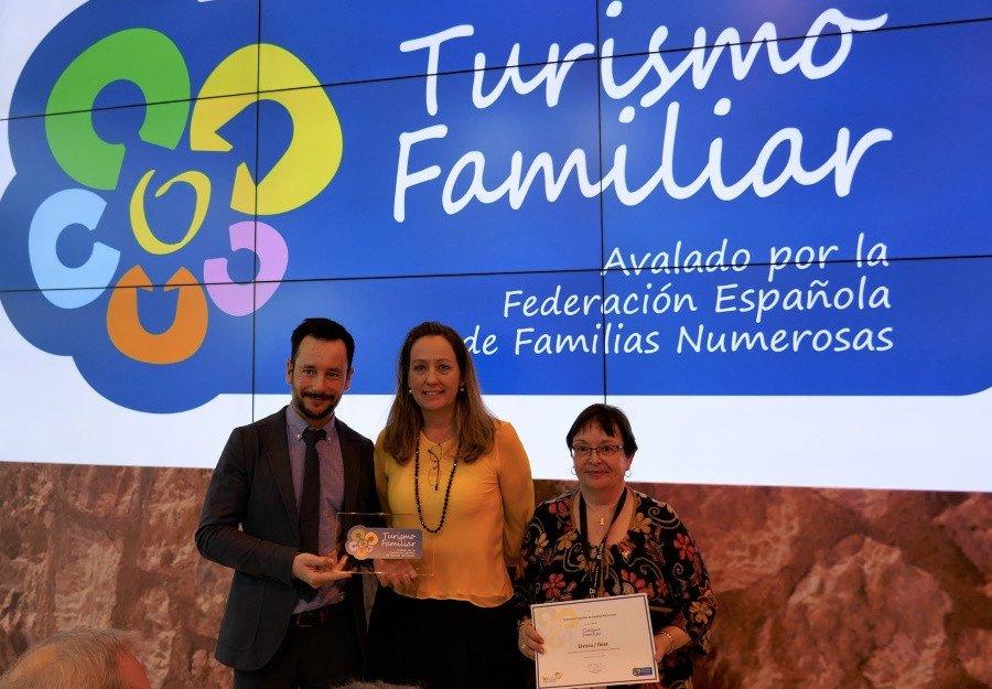 La entrega del reconocimiento tuvo lugar en Fitur, con la presencia del alcalde de Ibiza, Rafael Ruiz; la concejala de Turismo de la localidad, Gloria Corral, y la presidenta de la FEFN, Eva Holgado -en el centro de la imagen-.