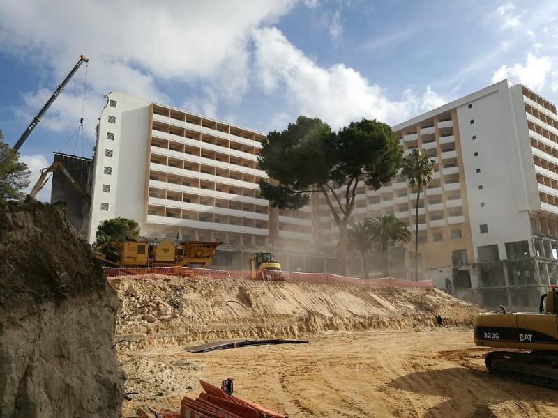 En la imagen se puede apreciar que las obras de demolición han comenzado por la izquierda del edificio, con una gran grúa, pero también por la parte inferior de la derecha. Foto: Riu.