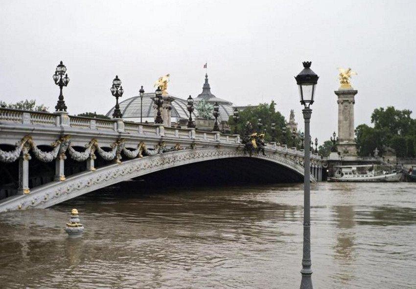 El nivel del río ha superado ya en más de cinco metros su nivel habitual.