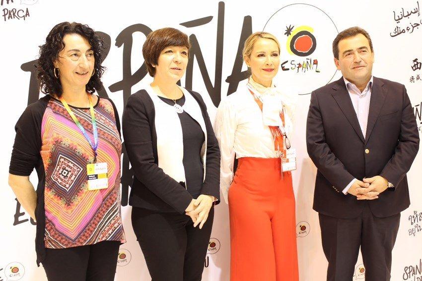 (de izquierda a derecha) Cristina Alonso, presidenta de la Asociación Española de Enoturismo y Turismo Gastronómico; Rosa Melchor, presidenta de ACEVIN; Tatiana Martínez, subdirectora general de Desarrollo y Sostenibilidad Turística de la Secretaría de Estado de Turismo, y José Calixto, presidente de RECEVIN.