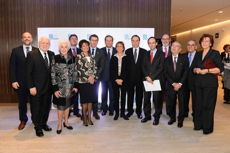 El jurado del Premio Xavier del Turismo - HTSI con Alberto Núñez Feijóo, presidente de la Xunta de Galicia, que ha recogido el galardón al Camino de Santiago; y Ferran Tarradellas, director de la Representación de la Comisión Europea en Barcelona, con el otorgado al programa Erasmus.
