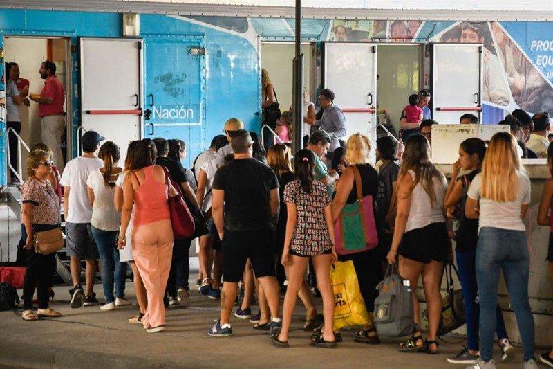 La demanda supera la capacidad de los vacunatorios en Buenos Aires. Foto: Telam.