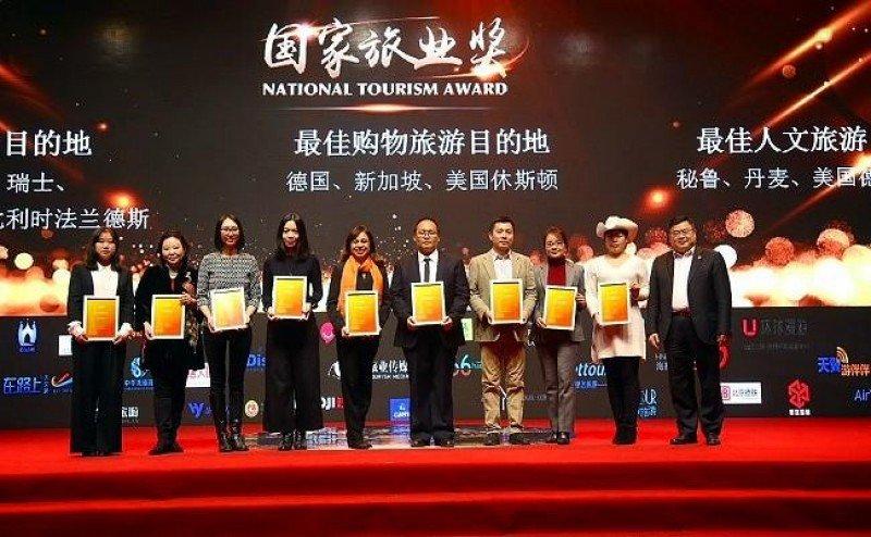 Entrega de la distinción a representantes peruanos en China. Foto: Portal de Turismo de Perú.