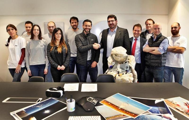 Estrechándose las manos, a la izquierda el CEO y fundador de Zero 2 Infinity, José Mariano López Urdiales; y el director de Innovación y Estrategia de Indra, Manuel Ausaverri.